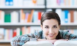 Ragazza astuta che legge un libro Immagine Stock Libera da Diritti