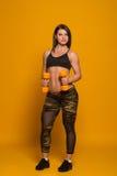 Ragazza atletica con i dumbbells Fotografia Stock Libera da Diritti