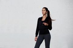 Ragazza atletica di misura che si prepara per l'allenamento Immagine Stock Libera da Diritti