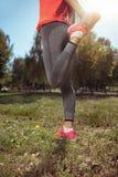 Ragazza attiva che fa allungamento prima degli esercizi di mattina Immagini Stock Libere da Diritti