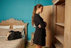 Ragazza attraente adulta nella camera di albergo fotografia stock libera da diritti