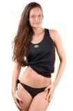 Ragazza attraente in bikini nero con la bandiera brasiliana sulla sua canottiera sportiva che mostra le sue curve. fotografia stock