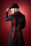 Ragazza attraente in cappotto creativo immagini stock libere da diritti