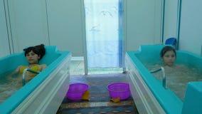 Ragazza attraente che bagna in un bagno in una stazione termale di salute Le ragazze godono dei bagni terapeutici all'aperto Fotografia Stock