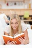 Ragazza attraente che legge un libro Fotografie Stock Libere da Diritti