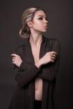 Ragazza attraente che posa nello studio Fotografia Stock Libera da Diritti