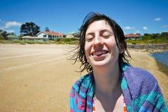 Ragazza attraente che ride sulla spiaggia Fotografie Stock Libere da Diritti