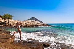 Ragazza attraente che si distende sul mare. fotografia stock