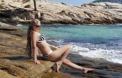 Ragazza attraente che si distende sul mare. fotografie stock