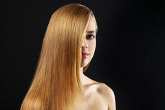 Ragazza attraente con bei, capelli diritti fotografia stock