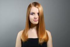 Ragazza attraente con capelli diritti Fotografie Stock Libere da Diritti