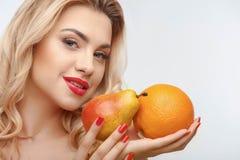 Ragazza attraente con due frutti saporiti Fotografia Stock Libera da Diritti