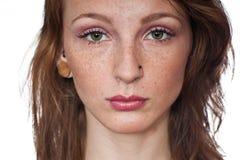 Ragazza attraente con le lentiggini fotografie stock libere da diritti