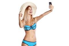 Ragazza attraente in costume da bagno che prende selfie sul telefono Fotografia Stock Libera da Diritti