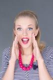 Ragazza attraente del pinup in vestito a strisce che grida Fotografie Stock Libere da Diritti
