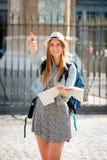 Ragazza attraente felice dello studente di scambio che visita la mappa della lettura della città di Madrid Fotografia Stock