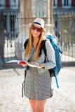 Ragazza attraente felice dello studente di scambio divertendosi nella città che visita la guida del turista della lettura della c Immagini Stock Libere da Diritti