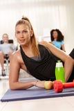 Ragazza attraente a ginnastica Fotografia Stock