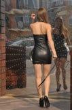 Ragazza attraente in mini vestito di cuoio fotografia stock