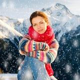 Ragazza attraente nelle alpi nevose di inverno Immagine Stock