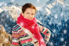 Ragazza attraente nelle alpi nevose di inverno Fotografia Stock Libera da Diritti