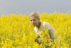 Ragazza attraente su un campo giallo immagini stock libere da diritti