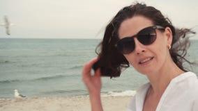 Ragazza attraente sul litorale in occhiali da sole stock footage