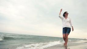 Ragazza attraente sul litorale in occhiali da sole archivi video