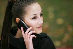 Ragazza attraente sul telefono Immagine Stock