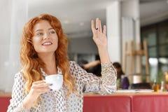 Ragazza attraente sulla pausa caffè Fotografie Stock