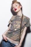 Ragazza audace nello stile 90s del vestito con l'immagine di un trucco rivoluzionario e luminoso e di un'acconciatura semplice Fotografia Stock