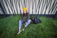 Ragazza audace seria dei pantaloni a vita bassa del ritratto urbano Fotografie Stock Libere da Diritti