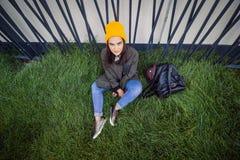 Ragazza audace seria dei pantaloni a vita bassa del ritratto urbano Fotografia Stock