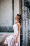 Ragazza autentica che balla a piedi nudi sulla via fotografia stock libera da diritti