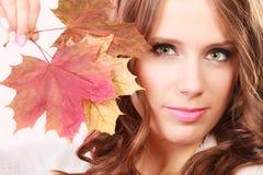 Ragazza autunnale adorabile con le foglie di acero a disposizione Fotografia Stock Libera da Diritti