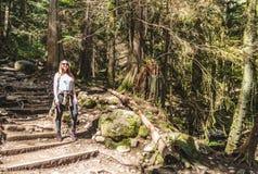 Ragazza a Baden Powell Trail vicino alla roccia della cava a Vancouver del nord, fotografia stock