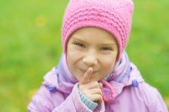 Ragazza-bambino in età prescolare in giacca blu Immagini Stock Libere da Diritti