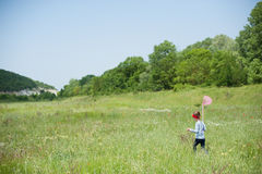Ragazza, bambino, rete, stile di vita, estate, foresta, insetti, gioia, ambiente, natura Fotografia Stock