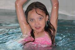 Ragazza-bambino in stagno Fotografie Stock Libere da Diritti