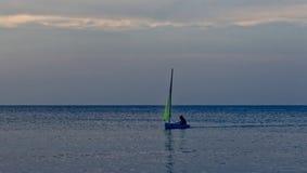 Ragazza in barca a vela del laser fotografie stock