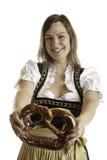 Ragazza bavarese con la ciambellina salata di Oktoberfest Fotografie Stock