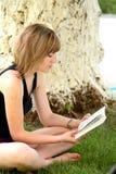 Ragazza bella che legge il libro Fotografia Stock Libera da Diritti