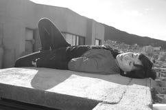 Ragazza bella che si trova sul tetto Fotografie Stock
