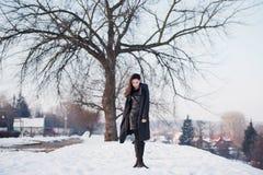 Ragazza bella da solo nella città di inverno fotografia stock