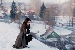 Ragazza bella da solo nella città di inverno immagine stock
