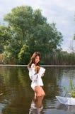 Ragazza bella in fiume Immagine Stock