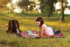 Ragazza bella sul picnic nella sosta fotografie stock