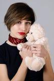 ragazza bianca che propone con l'orso di orsacchiotto Fotografie Stock Libere da Diritti