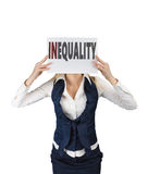 Ragazza bianca che tiene un foglio di carta con diseguaglianza di parola, al livello del fronte Fotografie Stock Libere da Diritti