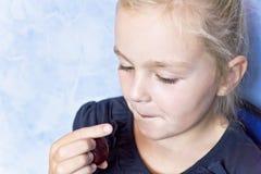 Ragazza bianca sveglia con capelli biondi immagini stock